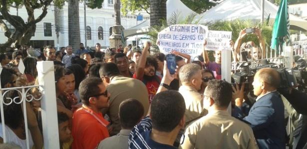 Manifestantes protestam contra o projeto Escola Livre e tentam entrar na Assembleia, após a transmissão da sessão ser suspensa - Andreza Araújo/Arquivo Pessoal
