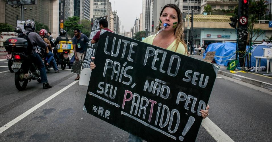9.mai.2016 - Manifestantes acampados em frente ao prédio da Federação das Indústrias do Estado de São Paulo (Fiesp), na Avenida Paulista, zona central de São Paulo, fecham parte da via em protesto contra a anulação do processo de impeachment da presidente Dilma Rousseff após decisão do presidente interino da Câmara dos Deputados, Waldir Maranhão (PP-MA)