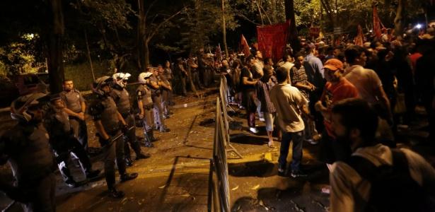 Resultado de imagem para Manifestantes querem destruir a casa do Presidente Temer em São Paulo