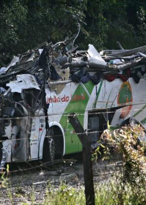 Um ônibus que fazia o fretamento de estudantes universitários tombou por volta das 23h de quarta-feira (8)