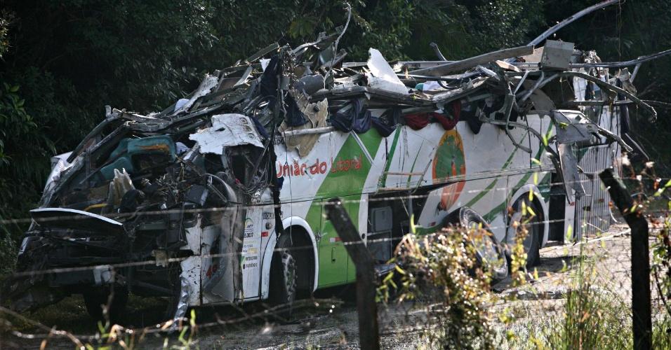 9.jun.2016 - Um ônibus que fazia o fretamento de estudantes universitários tombou por volta das 23h desta quarta-feira (8) na altura do km 84 da rodovia Mogi-Bertioga, entre as cidades paulistas de Biritiba-Mirim (região metropolitana) e Bertioga (litoral), e deixou ao menos 18 mortos e 19 feridos