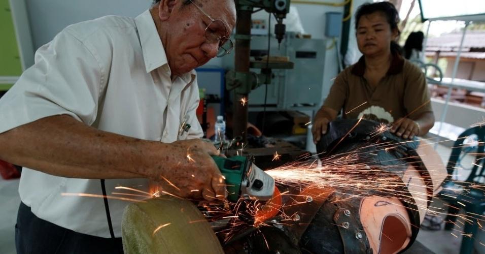30.jun.2016 - Às vezes, a prótese precisa de ajustes. Por isso o engenheiro Boonyu Thippaya está sempre a postos para reparar o membro artificial a ser implantado nos elefantes