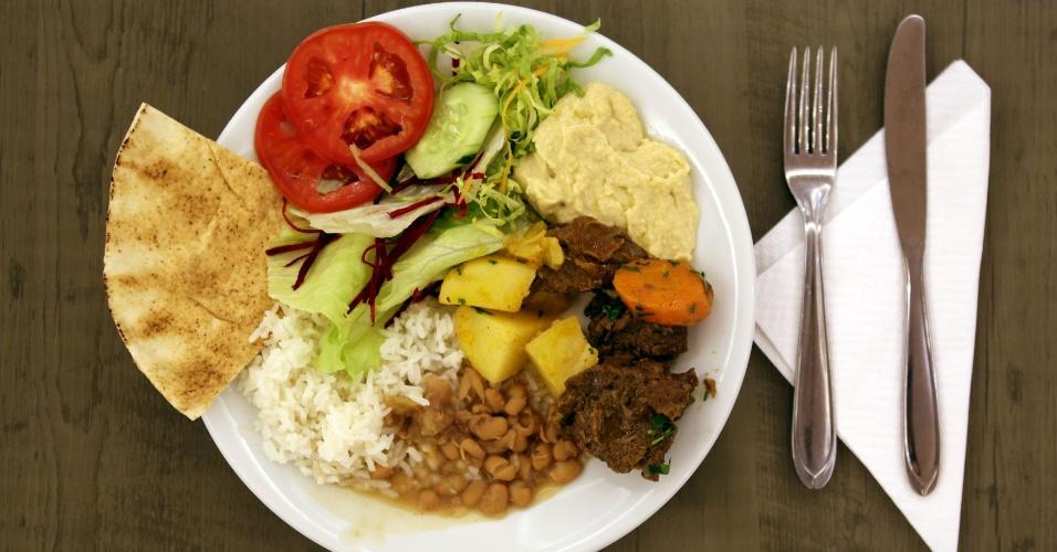 4.jul.20196 - Para o jantar da quebra do jejum, eles têm pão, salada, homus, carne, batatas, arroz e feijão