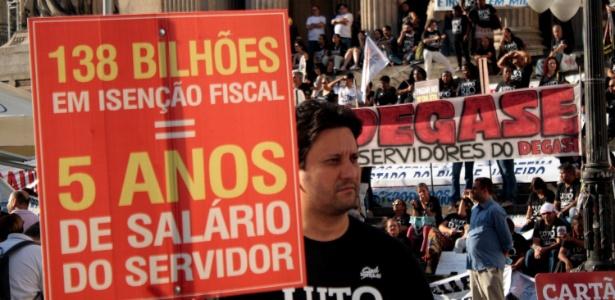 13.jul.2016 - Manifestantes protestam por melhores condições de trabalho e o pagamento de salários atrasados dos servidores públicos