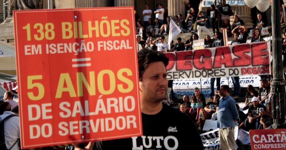 13.jul.2016 - Manifestantes protestam por melhores condições de trabalho e o pagamento de salários atrasados dos servidores públicos, em frente à Assembleia Legislativa do Rio de Janeiro
