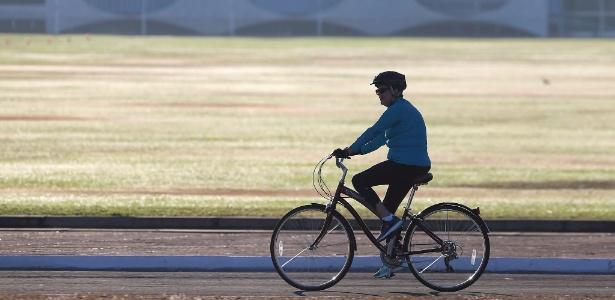 Dilma anda de bicicleta ao lado do Palácio da Alvorada, enquanto Senado vota impeachment - Adriano Machado/ Reuters