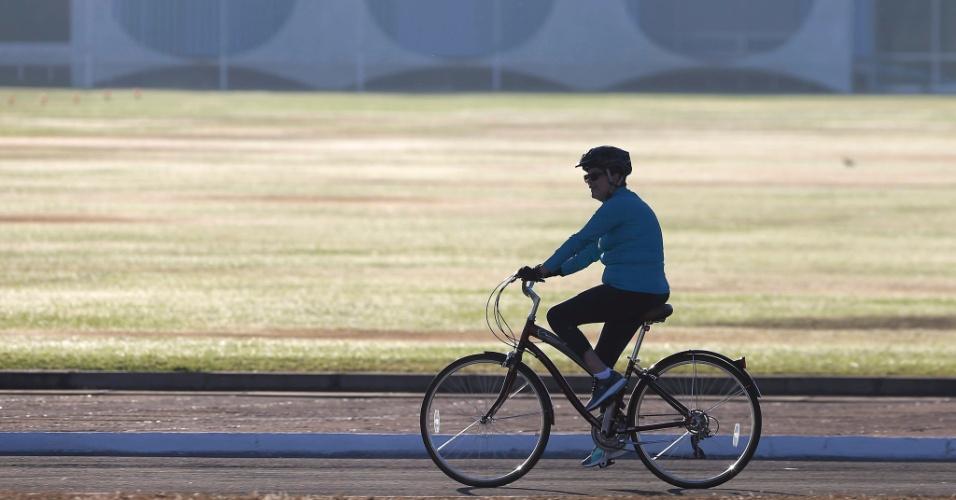 9.ago.2016 - A presidente afastada, Dilma Rousseff, anda de bicicleta ao lado do Palácio da Alvorada, em Brasília, enquanto o Senado vota o parecer favorável ao impeachment