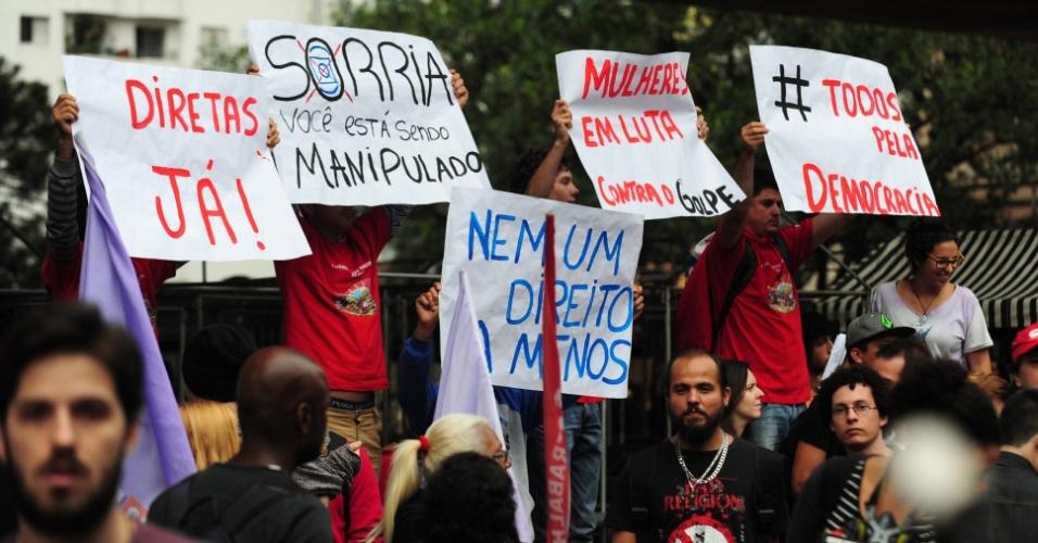 """4.set.2016 - Diferentes cartazes aparecem durante ato contra o atual presidente Michel Temer (PMDB) na avenida Paulista, em São Paulo. Entre eles, """"diretas já"""", """"mulheres em luta"""" e """"luta pela democracia"""""""