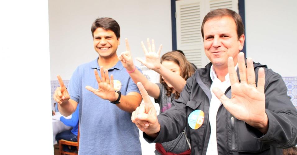 2.out.2016 - O prefeito Eduardo Paes (PMDB) vota no Gávea Glof Club, em São Conrado, Zona Sul do Rio de Janeiro (RJ), na manhã deste domingo (2), acompanhado do candidato Pedro Paulo (PMDB)