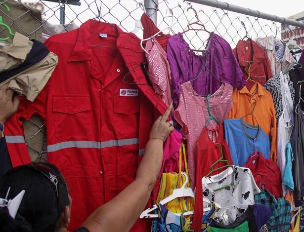 Macacão da PDVSA é vendido em mercado em Maracaibo, na Venezuela