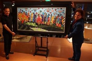 30.out.2016 - Doria recebe tela de presente de Romero Britto no restaurante Cipriani, em Miami (EUA), durante homenagem ao prefeito eleito