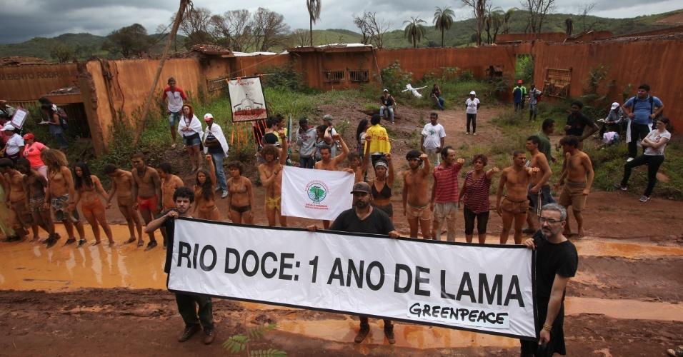 5.nov.2016 - Ativistas do Greenpeace e afetados pela barragem pedem justiça em Mariana (MG)