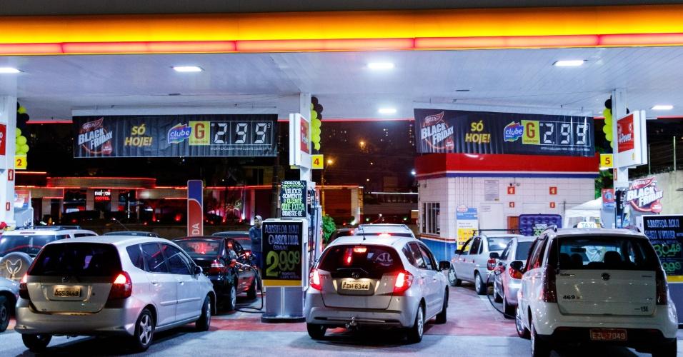 24.nov.2016 - Em posto de combustível anexo a supermercado no Ipiranga, zona sul de São Paulo, carros faziam fila em busca de descontos em gasolina e etanol por causa da Black Friday na noite de quinta-feira (24)