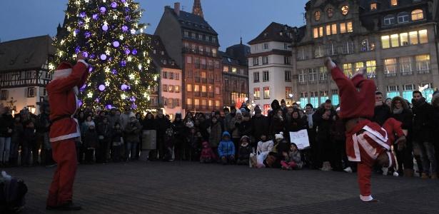 Artistas de rua vestidos como Papai Noel se apresentam no Mercado de Natal, em Estraburgo, no leste da França. O mercado é um dos maiores e mais famosos da Europa e foi aberto no dia 25 de novembro, sob um forte esquema de segurança