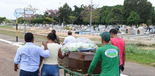 Corpo de um dos presidiários mortos na penitenciária de Roraima é levado para sepultamento no Cemitério Campo da Saudade, em Boa Vista