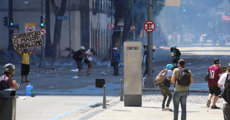 9.fev.2017 - Confronto entre policiais militares e manifestantes nas imediações da Alerj, no centro do Rio. Servidores do Estado protestam contra o pacote de austeridade do governo Pezão e a privatização da Cedae