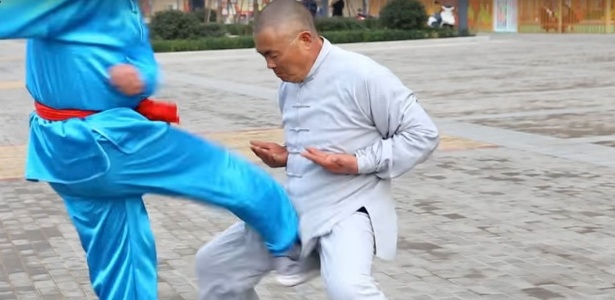 """Wei Yaobin é conhecido na China como o mestre do kung fu da """"virilha de aço"""""""