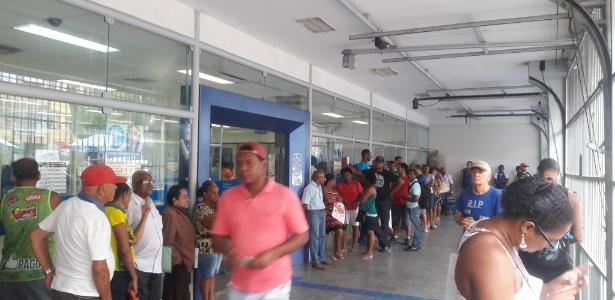 Fila formada pouco antes da abertura da agência da Caixa na av. Sete, em Salvador (BA)