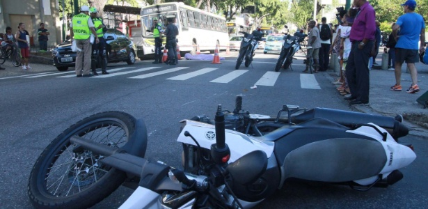16.mar.2017 - Um policial militar foi morto por assaltantes que tentaram roubar a sua moto na zona norte da capital fluminense
