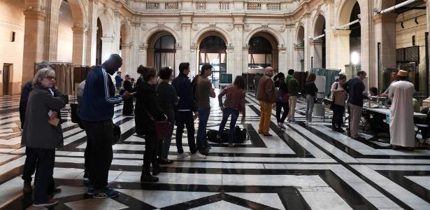 Fila em centro eleitoral em Marselha, no sul da França