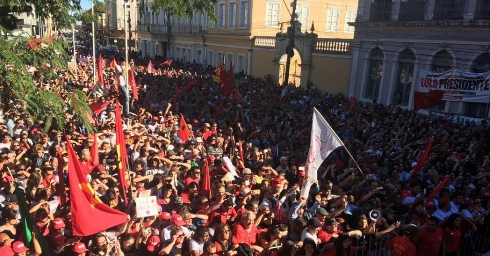 29.abr.2017 - Apoiadores de Luís Inácio Lula da Silva acompanham ato com o ex-presidente no largo Engenheiro João Fernandes Moreira, em rio Grande (RS)
