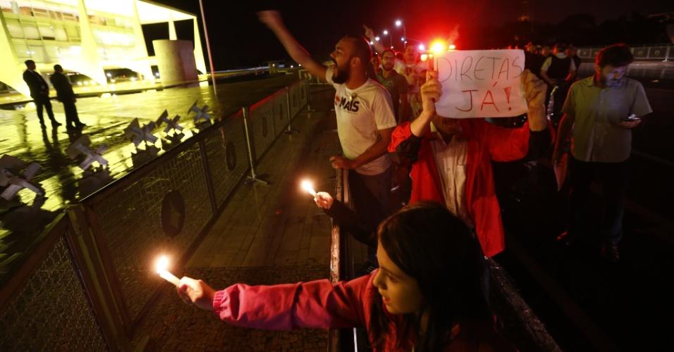 17.mai.2017 - Grupo protesta em frente ao Palácio do Planalto após acusação contra o presidente Michel Temer de que ele deu aval para a compra do silêncio do ex-deputado Eduardo Cunha (PMDB)