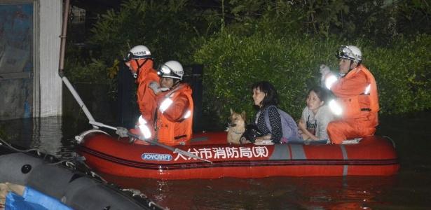 Moradores são resgatados de casas em área inundada pelo tufão Talim, em Oita, no sudeste do Japão