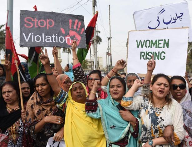 Ativistas do Partido do Povo do Paquistão (PPP) erguem cartazes contra a violência contra as mulheres enquanto marcham no Dia Internacional da Mulher, em Karachi - ASIF HASSAN/AFP