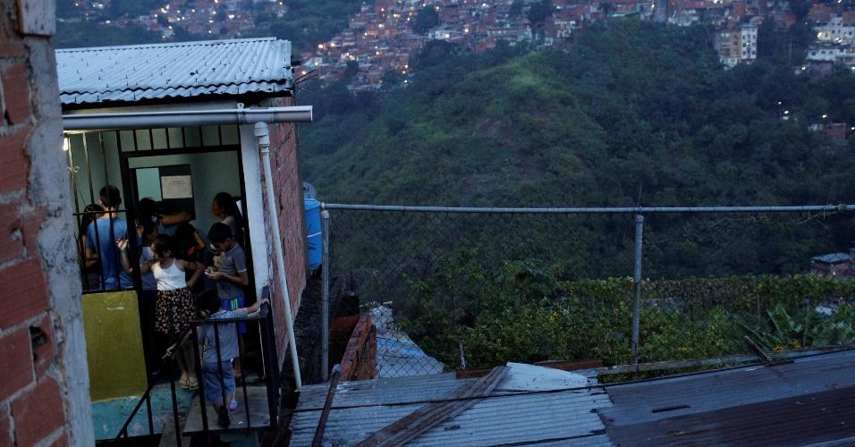 """Pessoas apostam dinheiro no jogo de apostas """"Los Animalitos"""" em casa nos arredores de Caracas, Venezuela"""