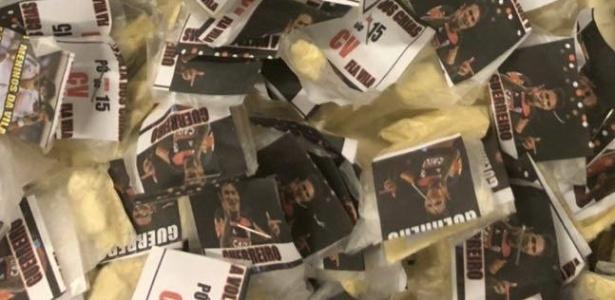 Arma e drogas apreendidas em Duque de Caxias (RJ). As embalagens exibem o jogador do Flamengo Paolo Guerrero