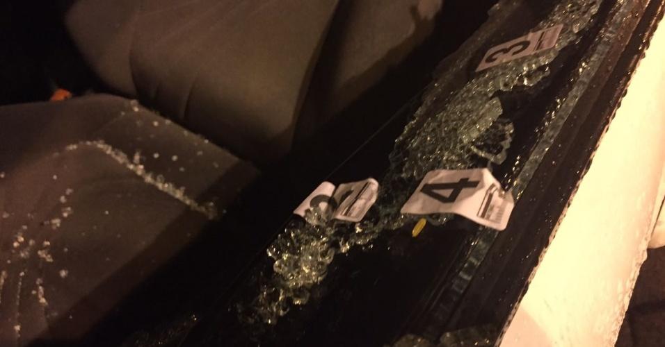 15.mar.2018 - Estilhaços e alguns dos oito tiros identificados pela perícia no carro em que estava a vereadora Marielle Franco (PSOL) quando foi assassinada, nesta quarta (14), no Rio