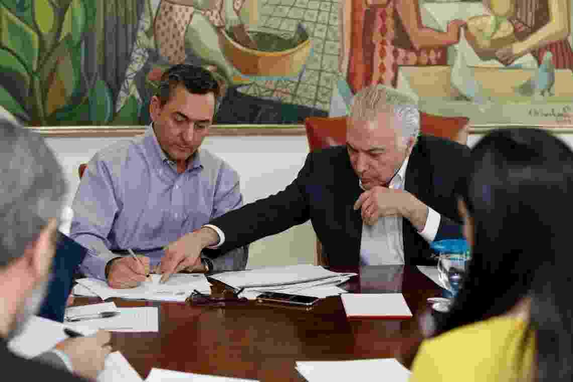 O presidente Michel Temer e o ministro da Fazenda, Eduardo Guardia, durante reunião de Monitoramento de Prioridades Estratégicas de Abastecimento, neste domingo (27) - Alan Santos/PR