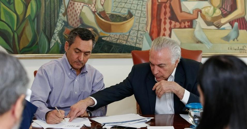 O presidente Michel Temer e o ministro da Fazenda, Eduardo Guardia, durante reunião de Monitoramento de Prioridades Estratégicas de Abastecimento, neste domingo (27)