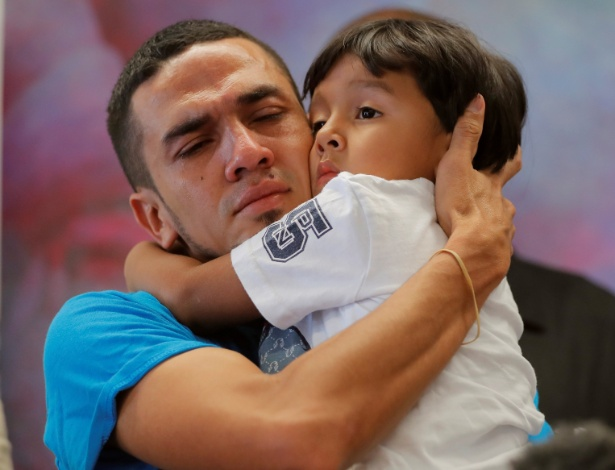 O hondurenho Javier reencontra seu filho, William, de 4 anos, após 55 dias separados - Lucas Jackson/Reuters