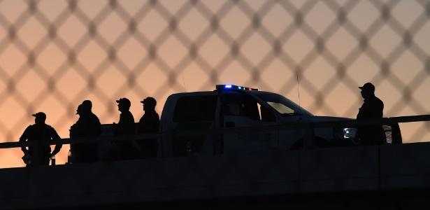 17.fev.2016 - Agentes da fronteira dos Estados Unidos atrás da cerca que separa o país do México em El Paso, no Texas - Mark Ralston / AFP