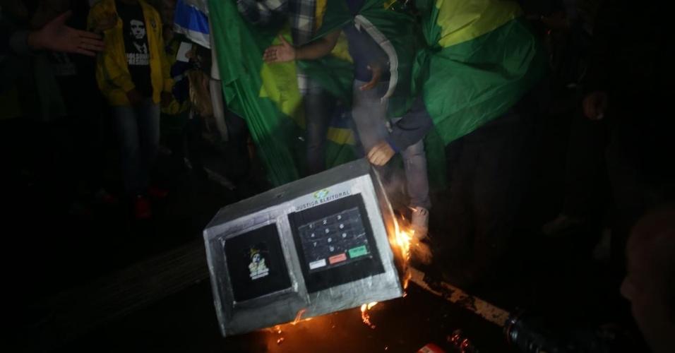Eleitores do candidato Jair Bolsonaro (PSL) queimam urna de papelão na Av Paulista