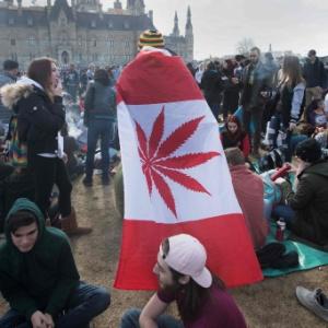 Homem usa bandeira canadense desenhada com folha de maconha - Lars Hagberg/AFP