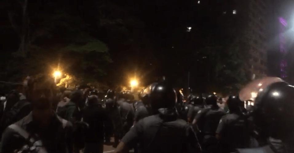 Tropa de Choque se posiciona na avenida Paulista, onde acontecem manifestações após o resultado das eleições