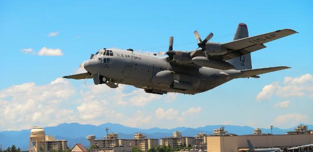 14.jul.2015 - A aeronave Hercules KC-130 durante um exercício na base área de Yokota, no Japão