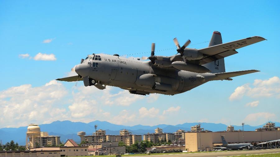 14.jul.2015 - A aeronave Hercules KC-130 durante um exercício na base área de Yokota, no Japão - DAVID OWSIANKA/AFP