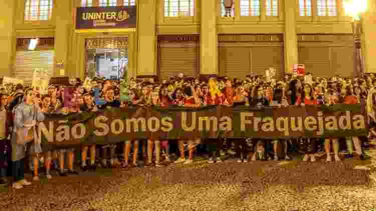 Manifestantes carregam em Curitiba faixa em alusão a uma frase dita pelo presidente Jair Bolsonaro - Eduardo Matysiak/Futura Press/Estadão Conteúdo