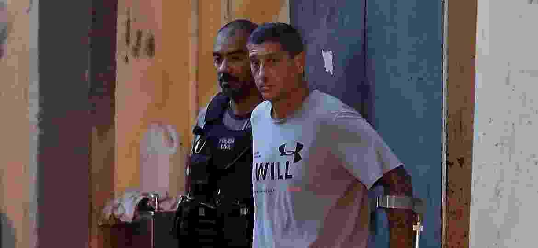 14 de março de 2019: O PM Ronnie Lessa (à frente), acusado de matar Marielle Franco, é escoltado após deixar a Delegacia de Homicídios do Rio - Marcelo Theobald/Agência O Globo