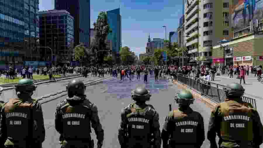 Crise no Chile se iniciou após o governo anunciar aumento nos preços do metrô de Santiago - Huw Evans picture agency via BBC
