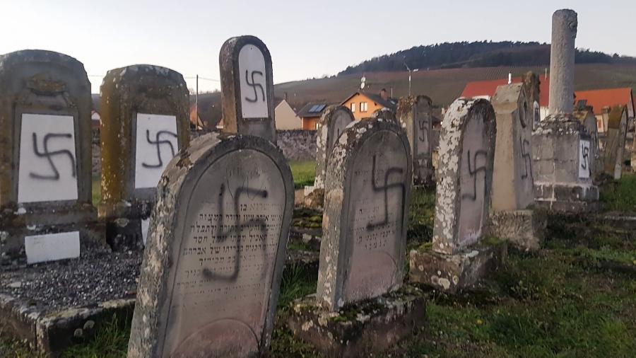 Cemitério judeu francês tem tumbas pichadas com suásticas - AFP