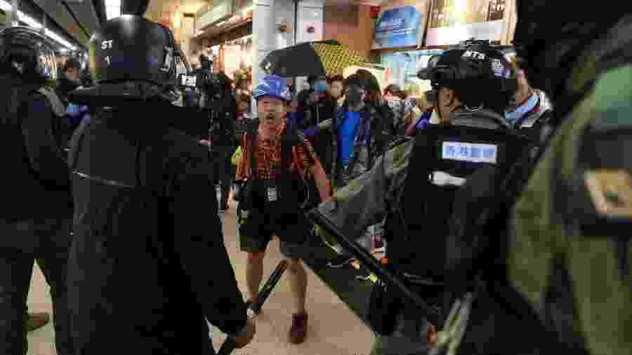 15.dez.19 - Manifestantes protestam em shopping em Hong Kong - Philip Fong/AFP
