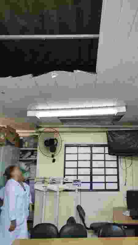 Funcionárias observam buraco no teto da UBS Heliópolis, na zona sul de São Paulo - Arquivo pessoal