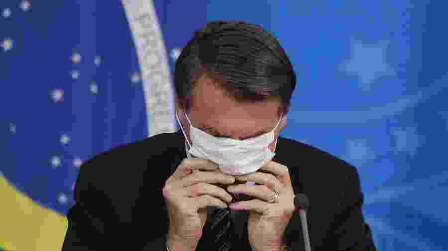 18/03/2020 - O presidente da República, Jair Bolsonaro, se atrapalha ao recolocar máscara no rosto durante entrevista coletiva à imprensa sobre as medidas de combate ao novo coronavírus em Brasília (DF) - Dida Sampaio/Estadão Conteúdo