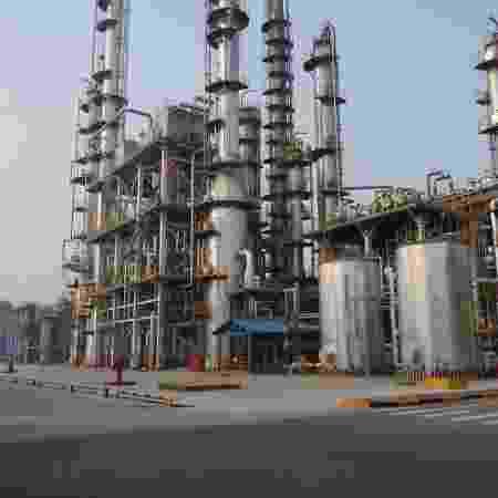 Refinaria de petróleo em Dongying, na província de Shandong, China - Aizhu Chen