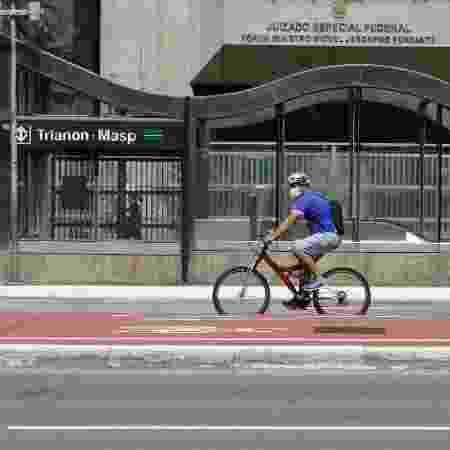 30.mar.2020 - Ciclista utiliza máscara de proteção para o coronavírus na Avenida Paulista, em São Paulo - Fábio Vieira/Fotorua/Estadão Conteúdo