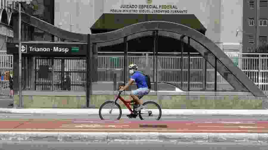 Ciclista utiliza máscara de proteção para o coronavírus na Avenida Paulista, em São Paulo - Fábio Vieira/Fotorua/Estadão Conteúdo